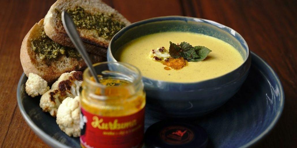 Polévka z pečeného květáku s kurkumou